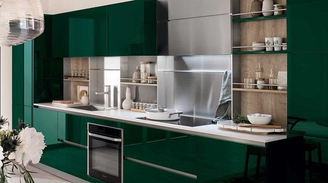 Изумрудная кухня в сочетании с белыми полками