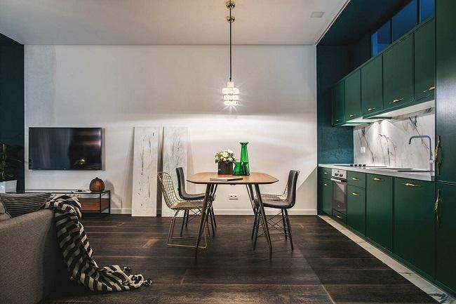 Высокая изумрудная кухня под потолок