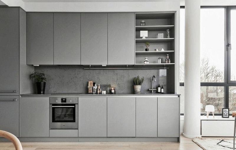 Светло-серая маленькая кухня с матовой поверхностью