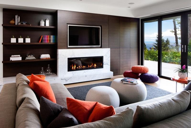 Современная гостиная комната с камином