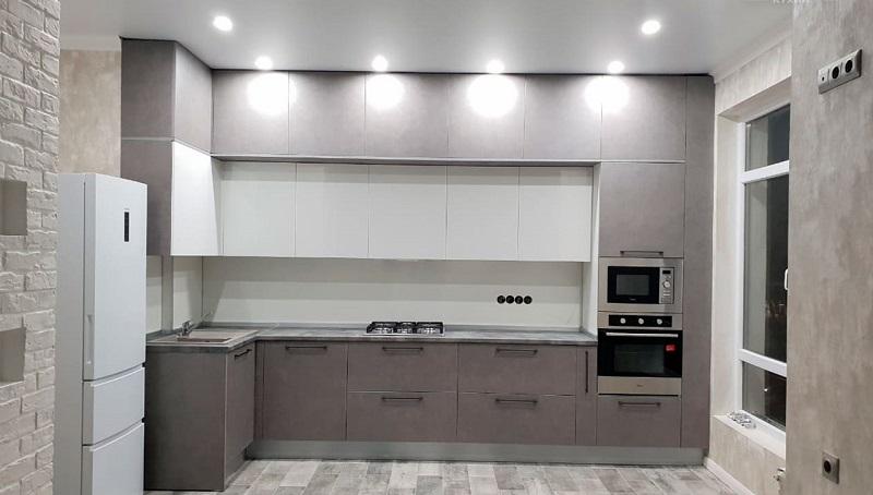 Современная угловая кухня под потолок