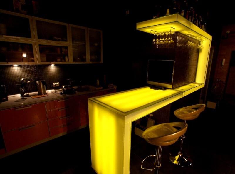 Стеклянная барная стойка с козырьком и внутренней подсветкой