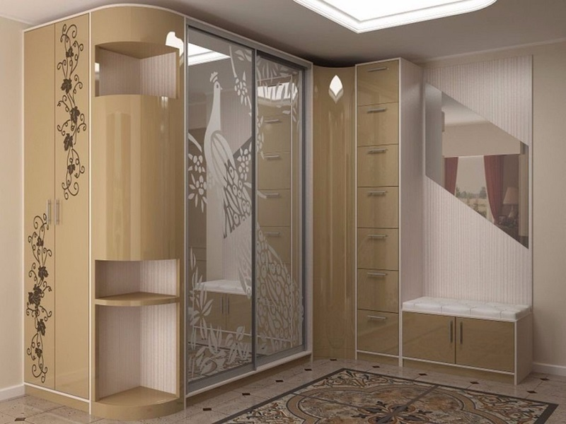 Угловой зеркальны шкаф для прихожей