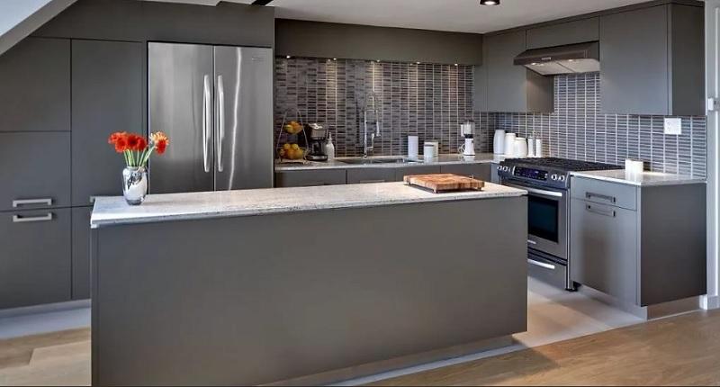 Серая матовая кухня с барной стойкой островом