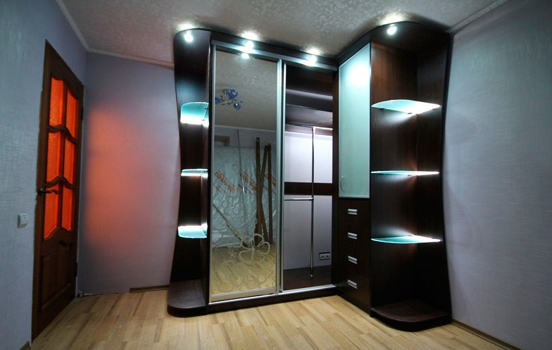 Зеркальный угловой шкаф с подсветкой на козырьке для прихожей