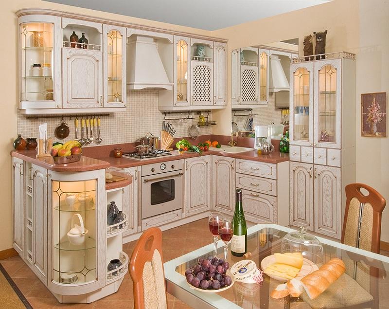 Классическая кухня с барной стойкой со стеклянной тумбой