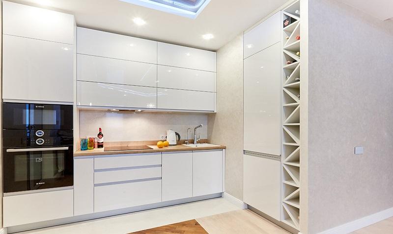 Маленькая угловая кухня под потолок
