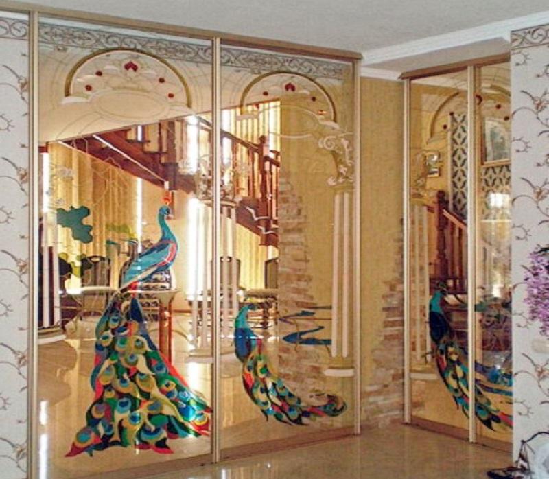 Зеркальный шкаф с витражными стеклами для прихожей