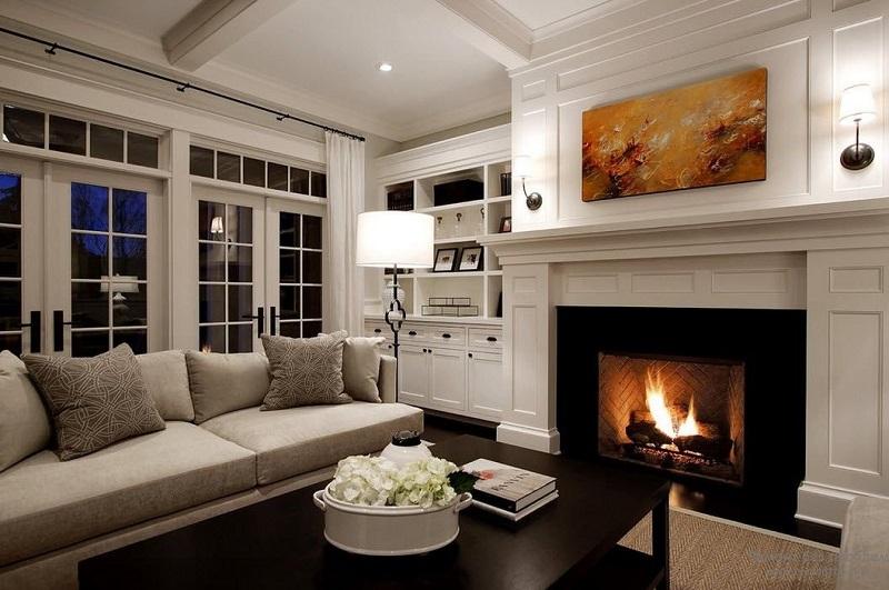 красивая гостиная комната с камином