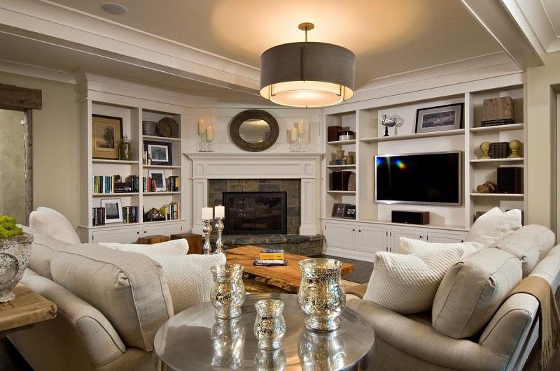 Мебель белого цвета в комнате с камином
