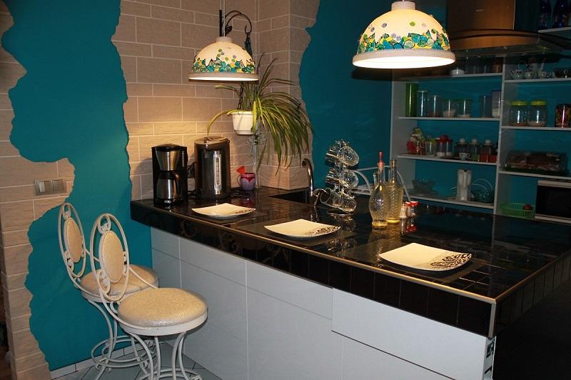 Кухня с барной стойкой из плитки