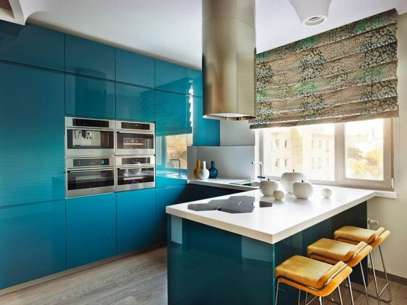 Угловая кухня под потолок со встроенной духовкой
