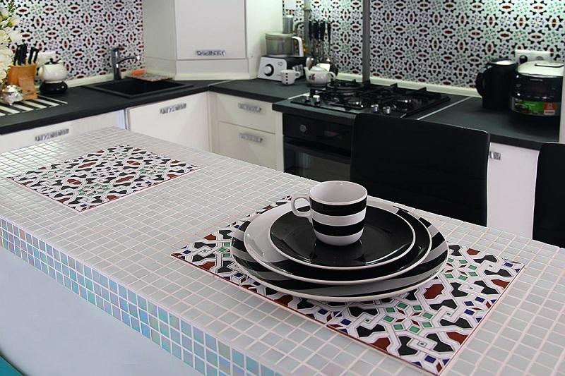 Кухня с барной стойкой из плитки мозаика