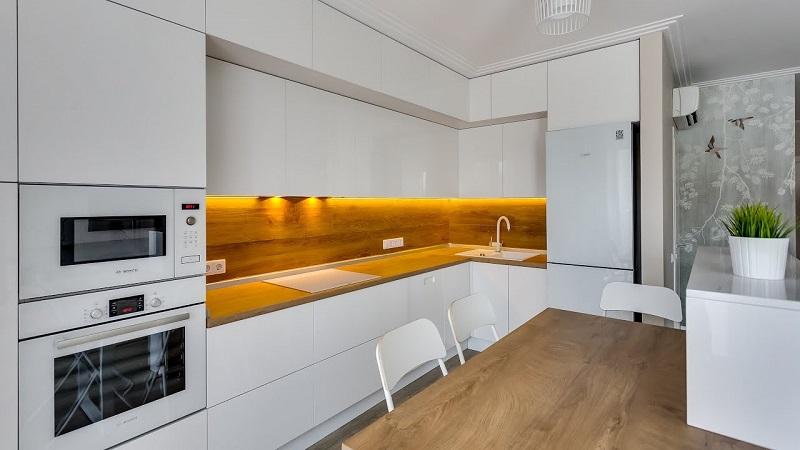 Белая угловая кухня под потолок