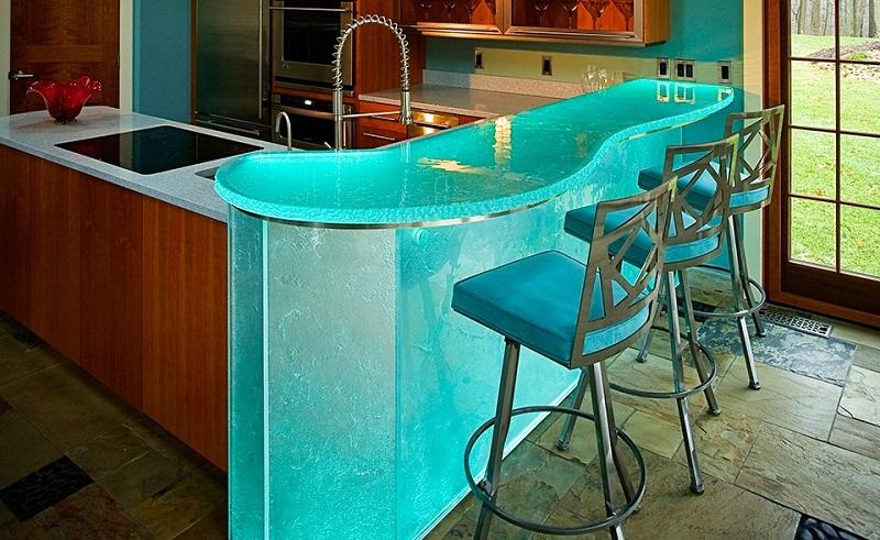 Кухня со стеклянной барной стойкой