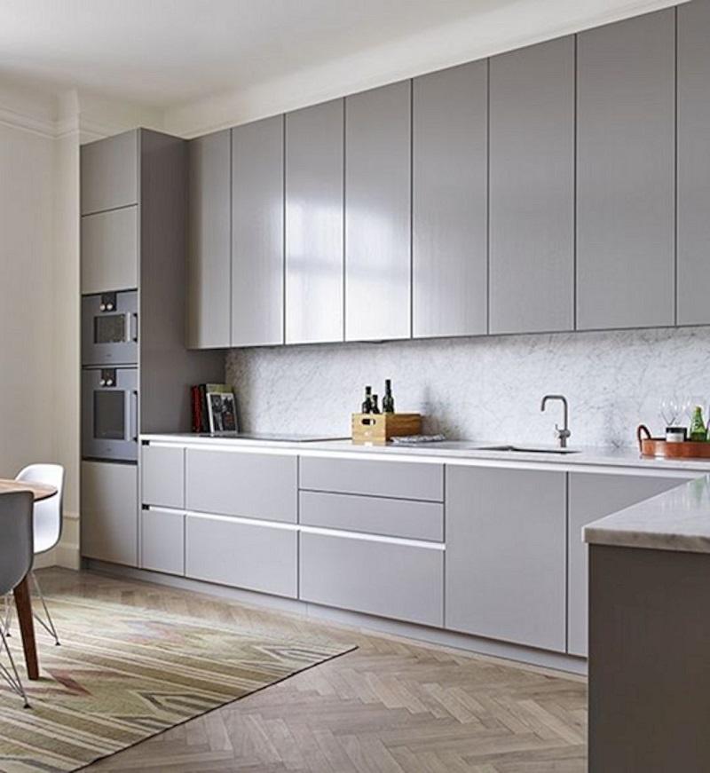 Светлая серая маленькая кухня с матовой поверхностью