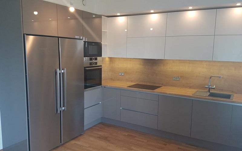 Угловая кухня под потолок из двух цветов