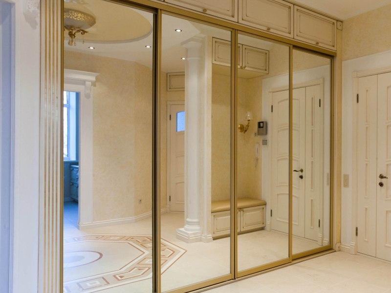 Прямой зеркальный шкаф в коридор