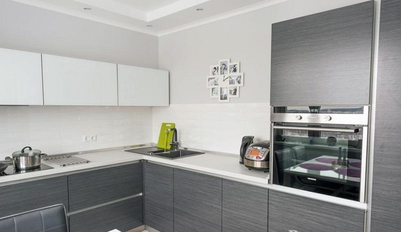 серая матовая кухня угловой формы