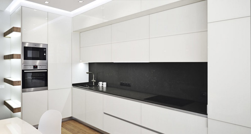 Угловая кухня под потолок с открытыми полками