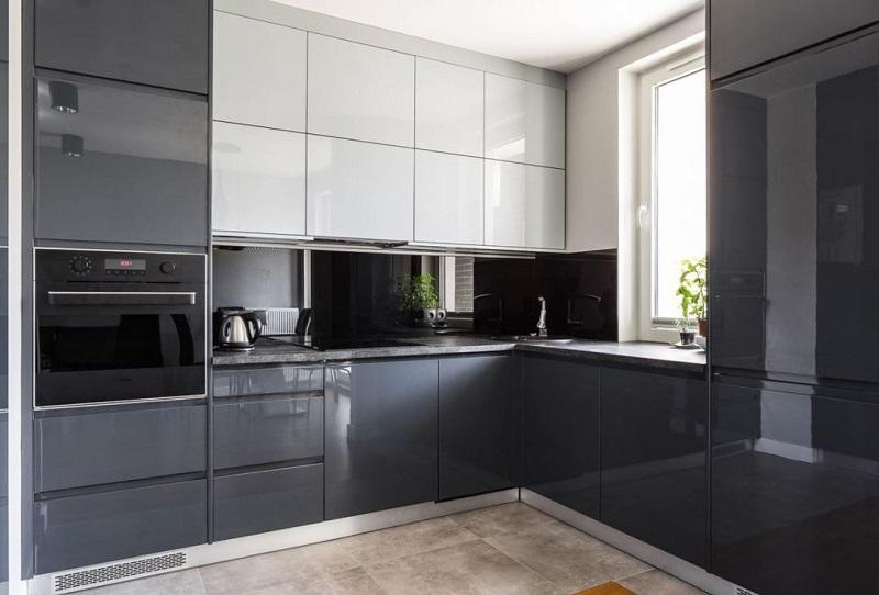 Угловая кухня под потолок со встроенным холодильником