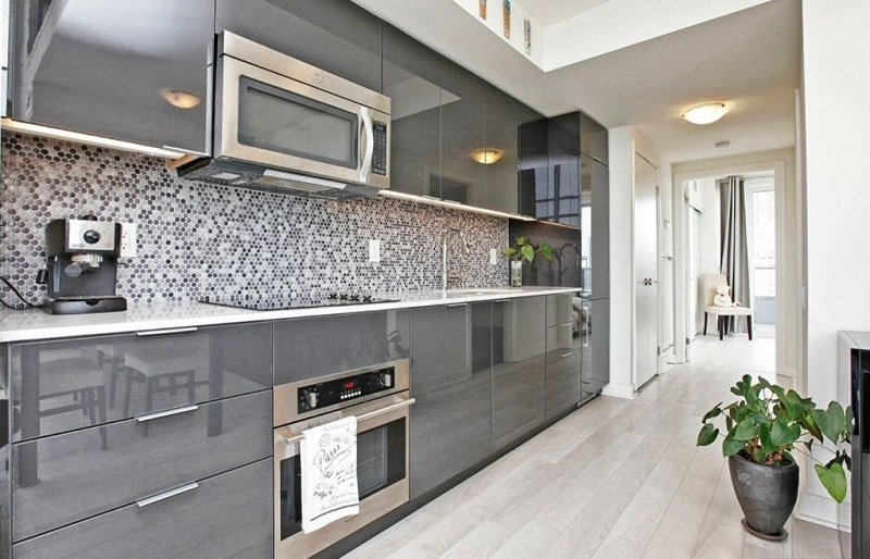 Угловая кухня под потолок со встроенной бытовой техникой
