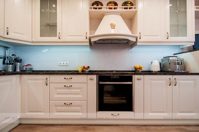 Кухня кремовая классическая