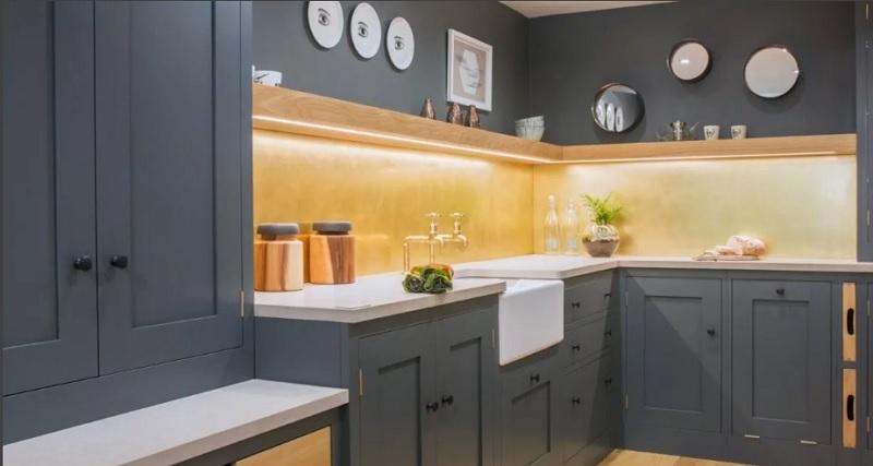 Классическая кухня серого цвета с белой столешницей