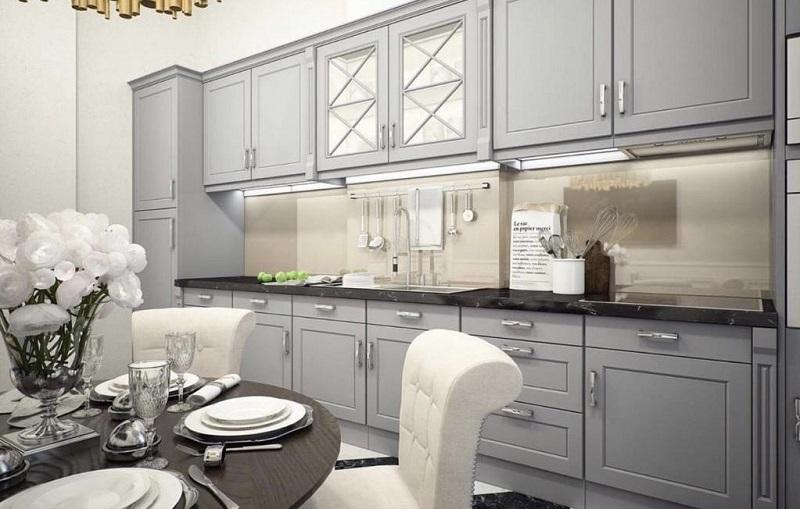 Классическая кухня серого цвета с каменной столешницей