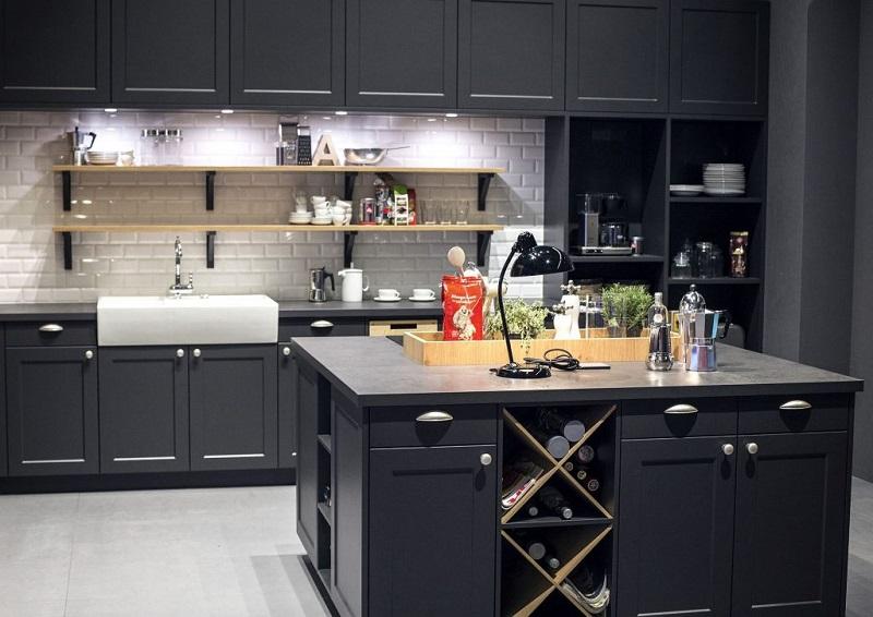 Темно-серая классическая кухня