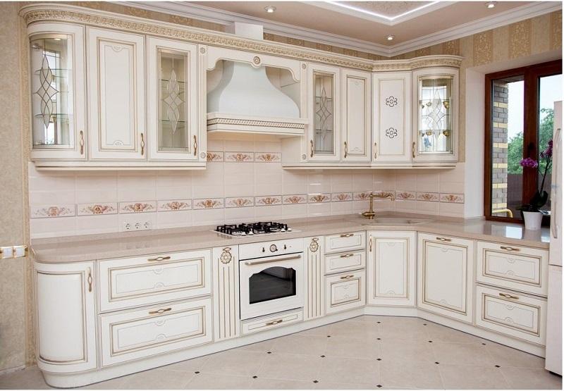 Белая классическая кухня в интерьере
