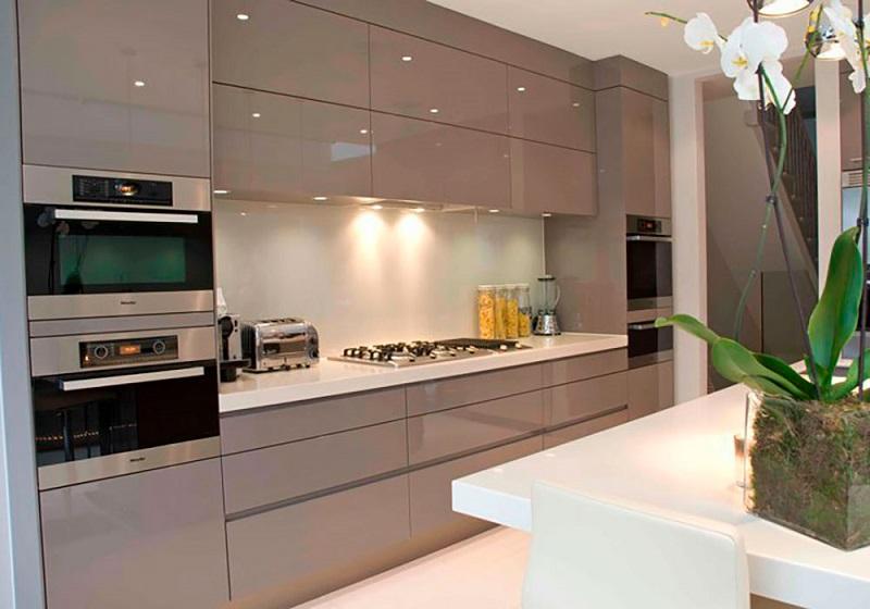 Светло-бежевая кухня в современном стиле