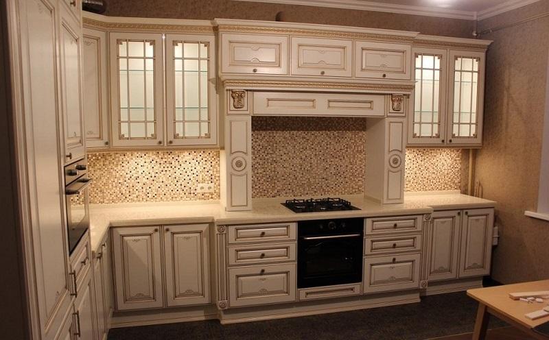 Белая классическая кухня из массива дерева